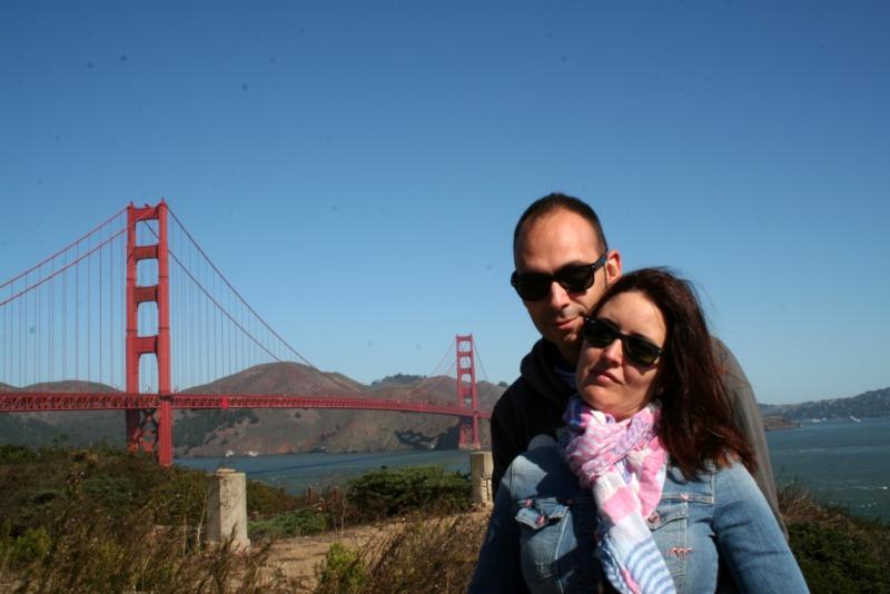Lidia y Sergio en Fort Point con el Golden Gate de fondo en San Francisco
