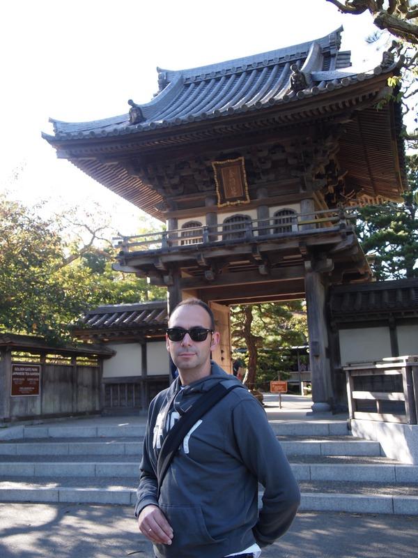 Sergio a la entrada del Japanese Tea Garden del Golden Gate Park de San Francisco