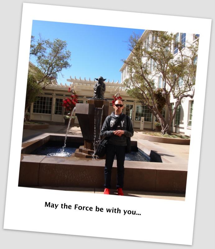 Sergio con la fuente de Yoda en Lucas Film en San Francisco