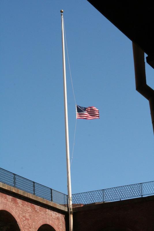 bandera a media asta en Fort Point San Francisco
