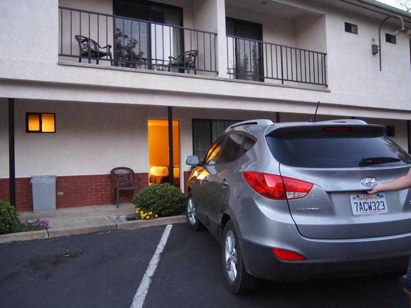 nuestro coche delante de la habitación del Mariposa Lodge, en Mariposa