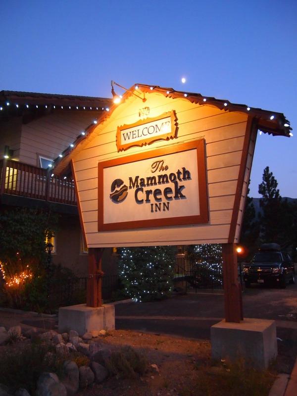 cartel de entrada en el Mammoth Creek Inn de Mammoth Lakes