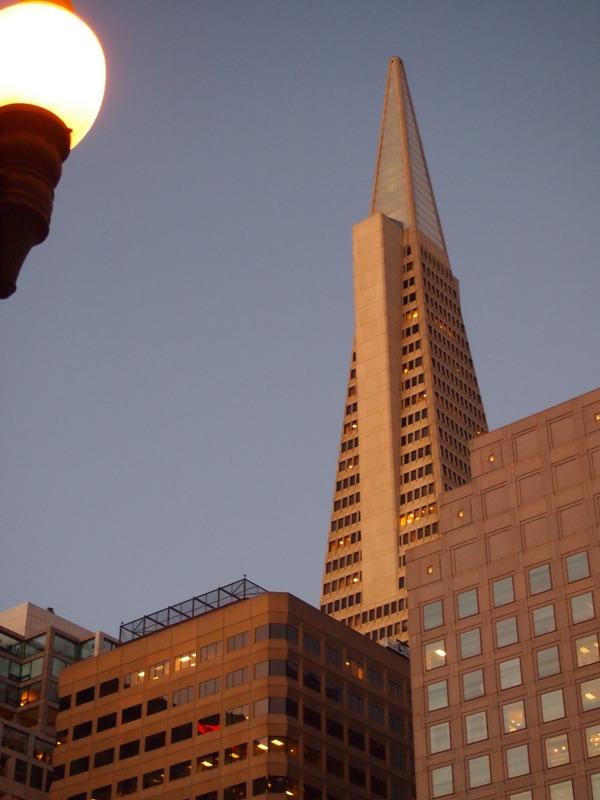 Transamerica Pyramid vista desde el barrio de Chinatown en San Francisco