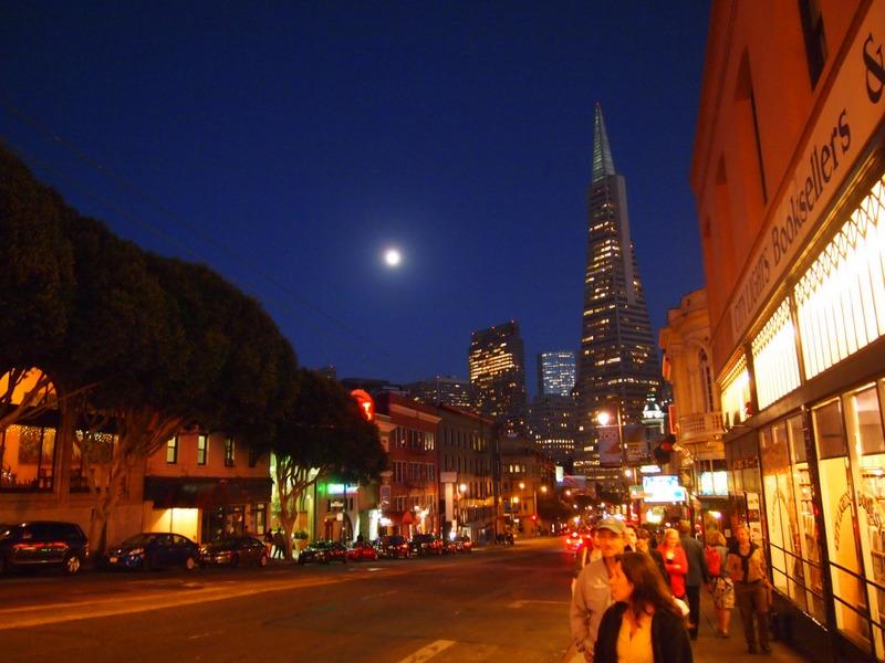 foto nocturna en el barrio de Chinatown de San Francisco