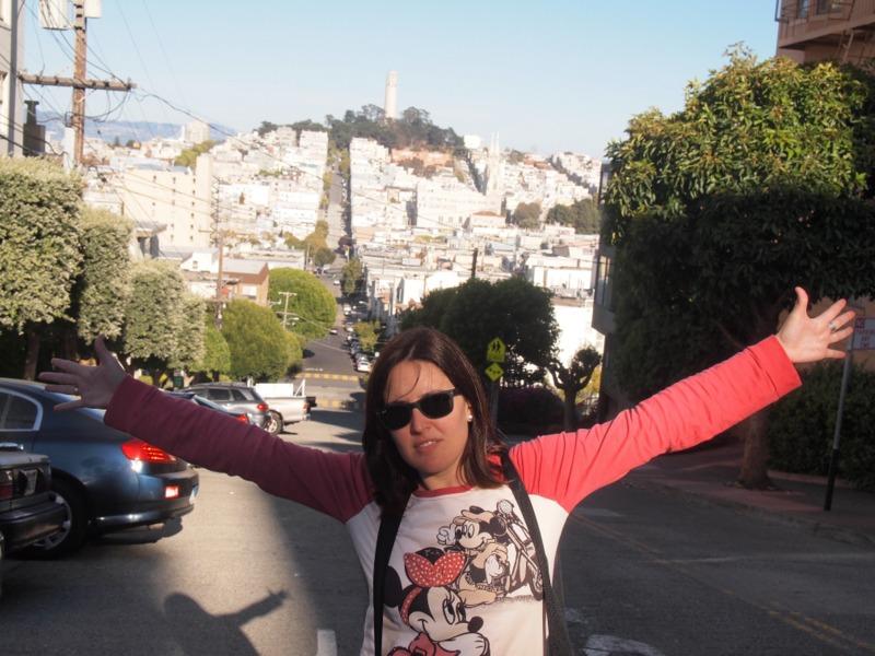 Lidia con la Coit Tower de San Francisco al fondo