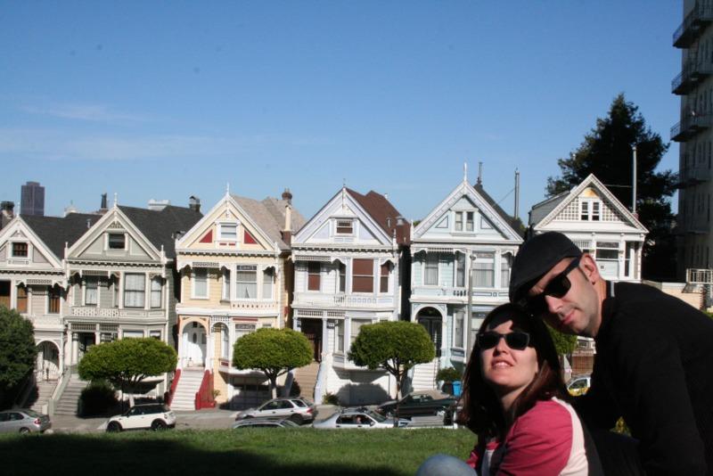 Lidia y Sergio delante de las Painted Ladies en San Francisco