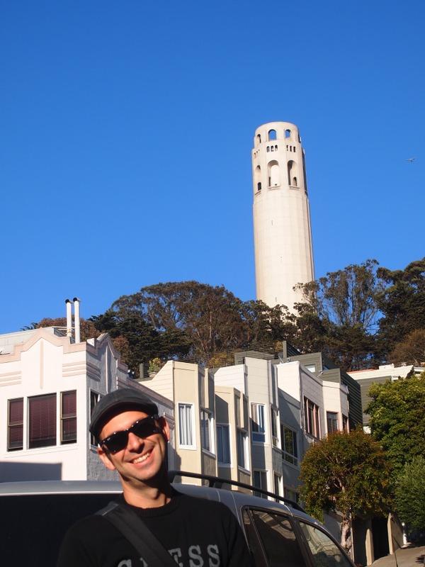 Sergio con la Coit Tower de San Francisco al fondo
