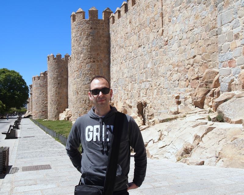 Sergio delante de la muralla de Ávila