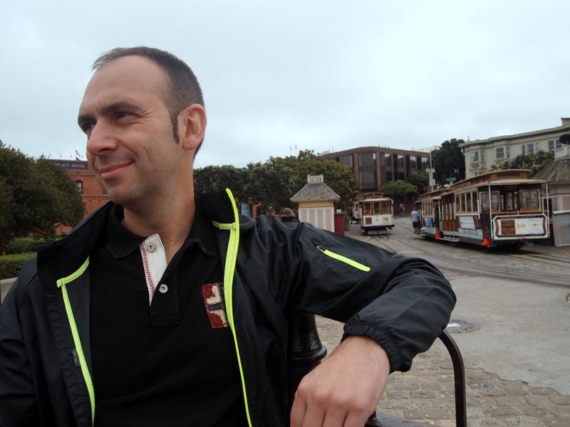 Sergio en la cola del cable car en Ghirardelli Square San Francisco