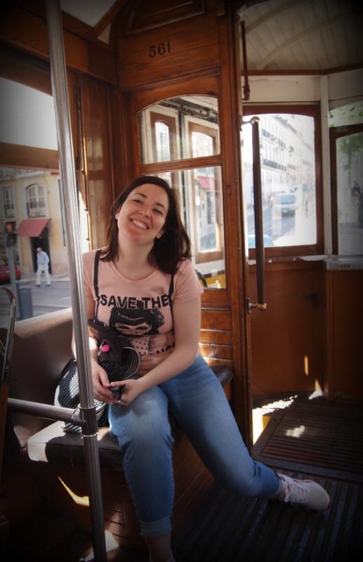 Lidia en el tranvía 28 de Lisboa