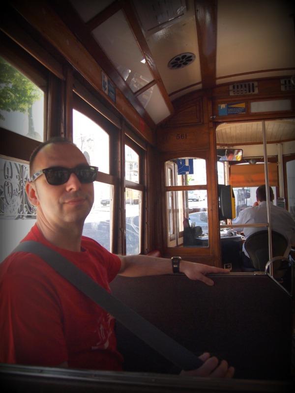 Sergio en el tranvía 28 de Lisboa