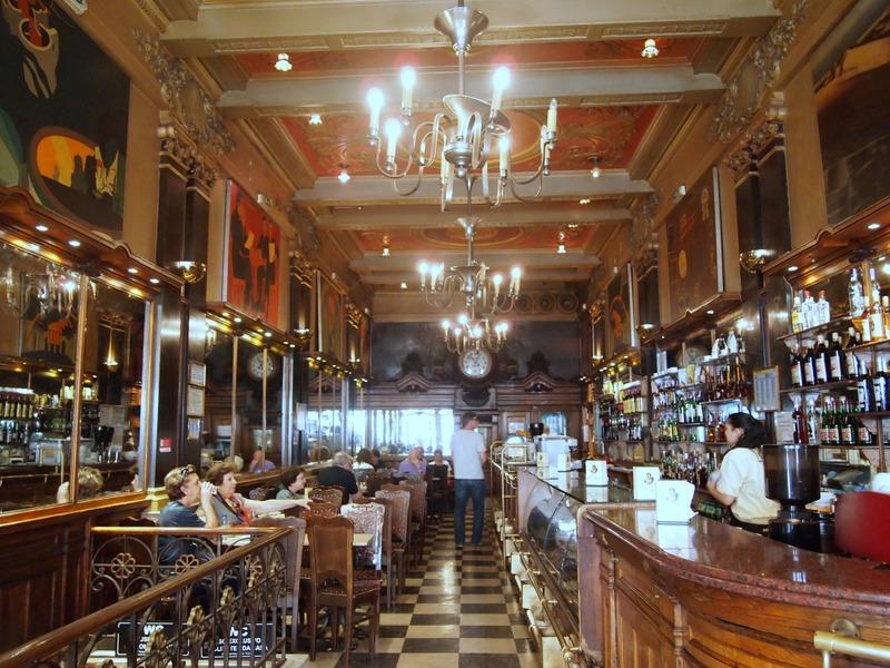 interior del Café A Brasileira en Lisboa