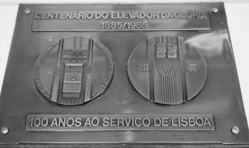 placa del centenario del Elevador da Gloria en Lisboa