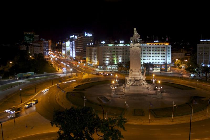 vista nocturna de la Praça Marqués de Pombal en Lisboa