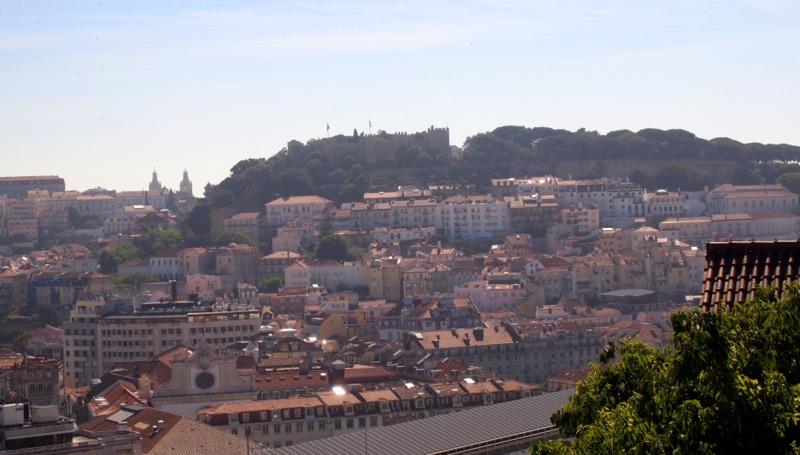 vistas del Castillo de San Jorge desde el Mirador de San Pedro de Alcántara en Lisboa