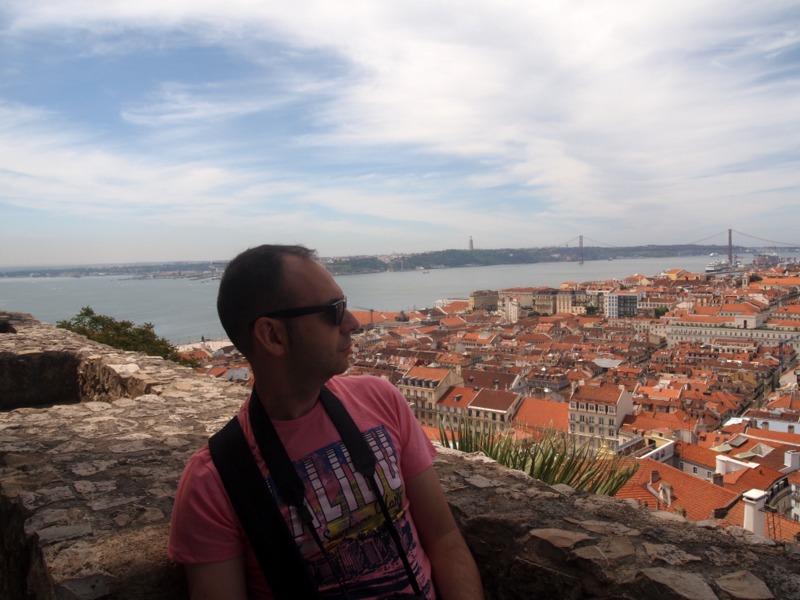 Sergio con vistas de Lisboa desde el Castillo de San Jorge en el barrio de Alfama