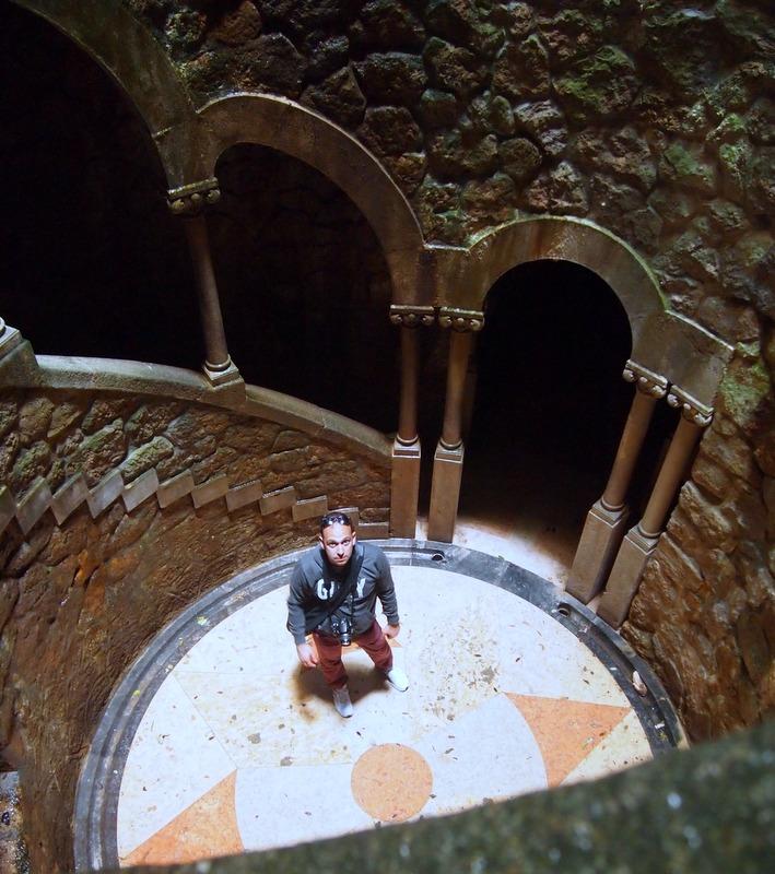 Sergio en el pozo iniciático de la Quinta da Regaleira en Sintra