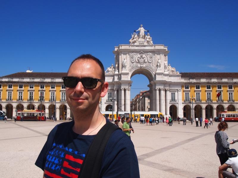 Sergio en la Praça do Comércio de Lisboa