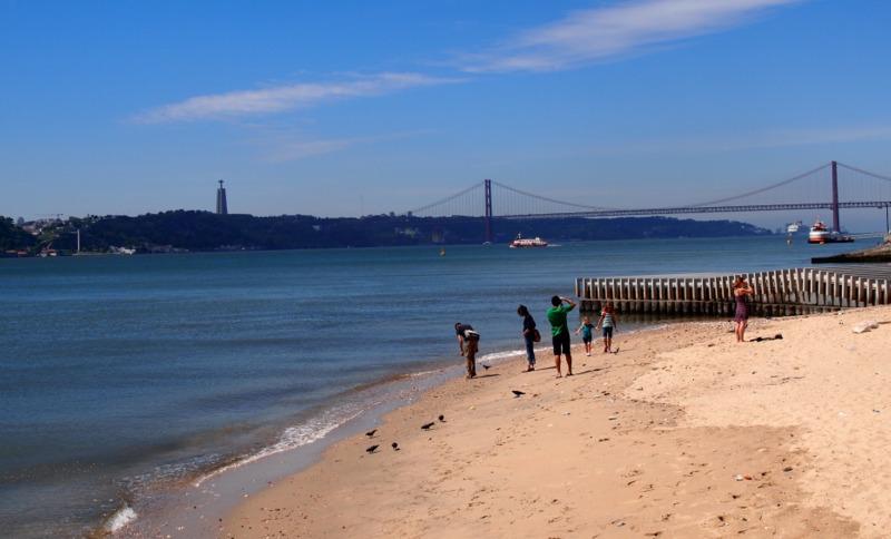 a orillas del Tajo desde la Praça do Comércio de Lisboa