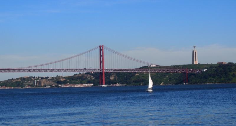 vistas del Puente 25 de Abril y Cristo Rei desde el Monumento a los Descubrimientos de Belém