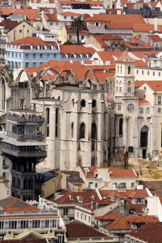 vista del Elevador de Santa Justa desde el Castelo San Jorge en Lisboa