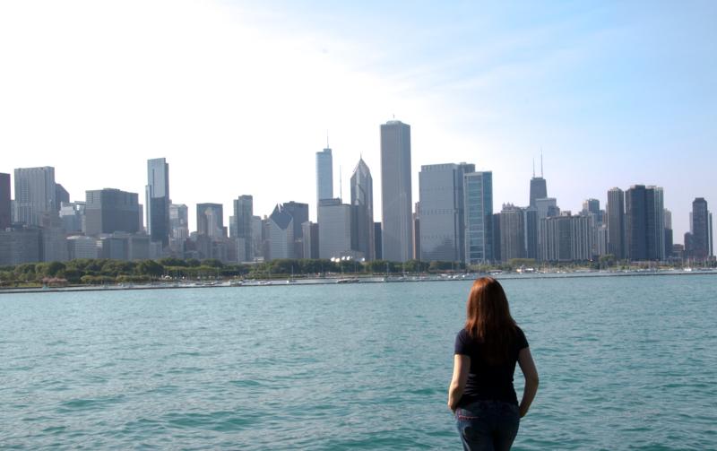 Lidia en Museum Campus con vistas al skyline de Chicago