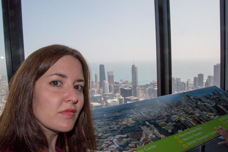 Lidia en la Torre Willis con vistas sobre Chicago