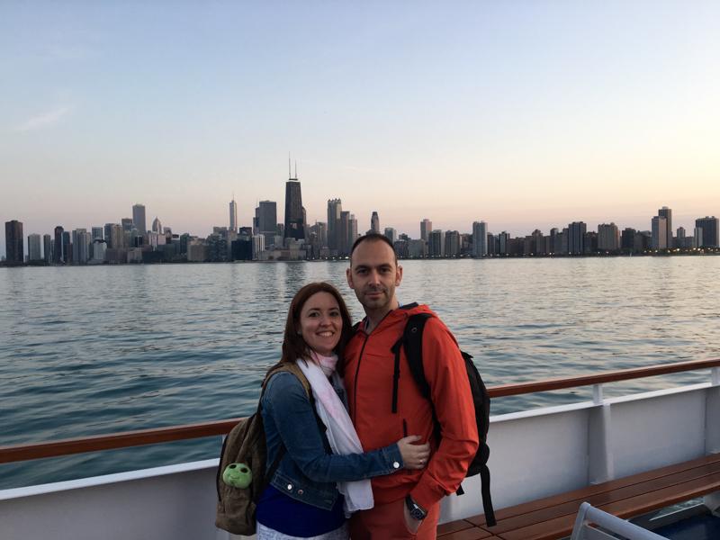 Lidia y Sergio en el barco con el skyline de Chicago de fondo