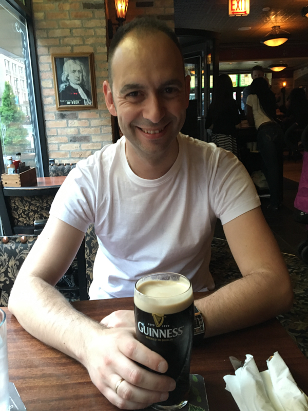 Sergio con la Guinnes en el restaurante Elephant and Castle de Chicago
