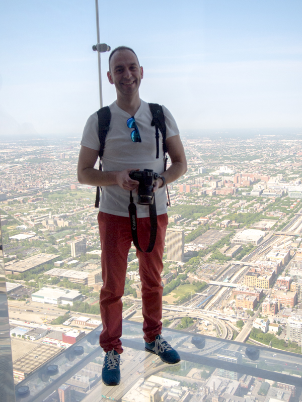 Sergio en The Ledge de la Torre Willis de Chicago