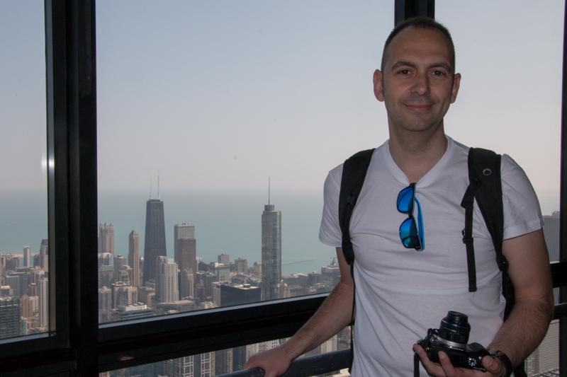 Sergio en la Torre Willis con vistas sobre Chicago