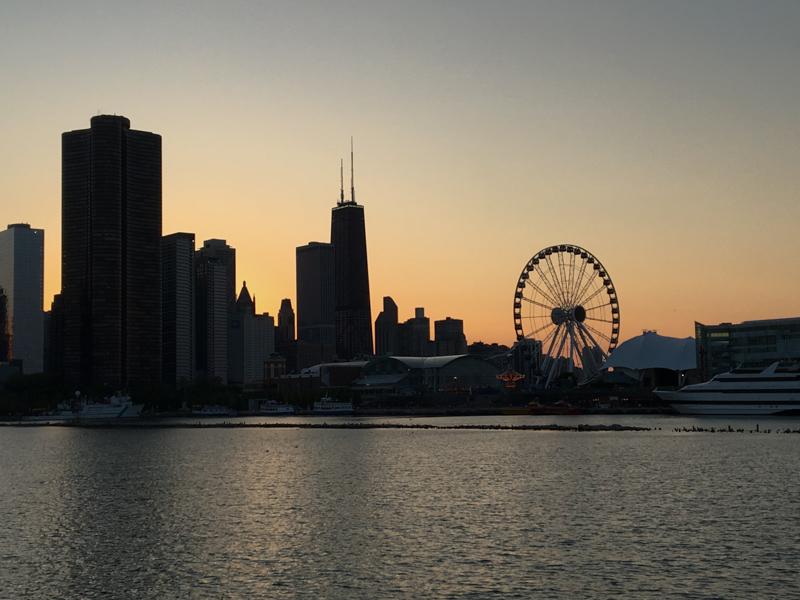 el Navy Pier de Chicago al atardecer desde el barco del crucero