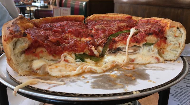 interior de la típica pizza de Chicago del Giordano's