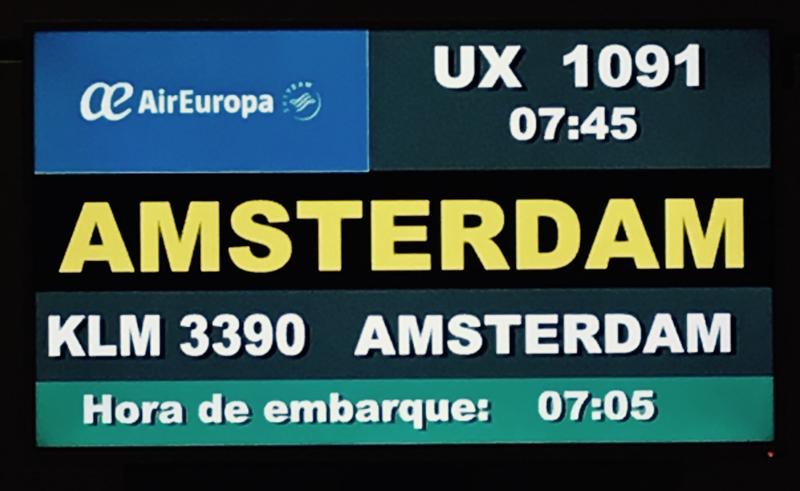pantalla de KLM con el vuelo de Amsterdam