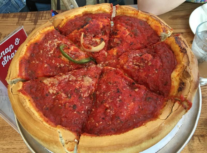 pizza típica de Chicago en el Giordano's 01