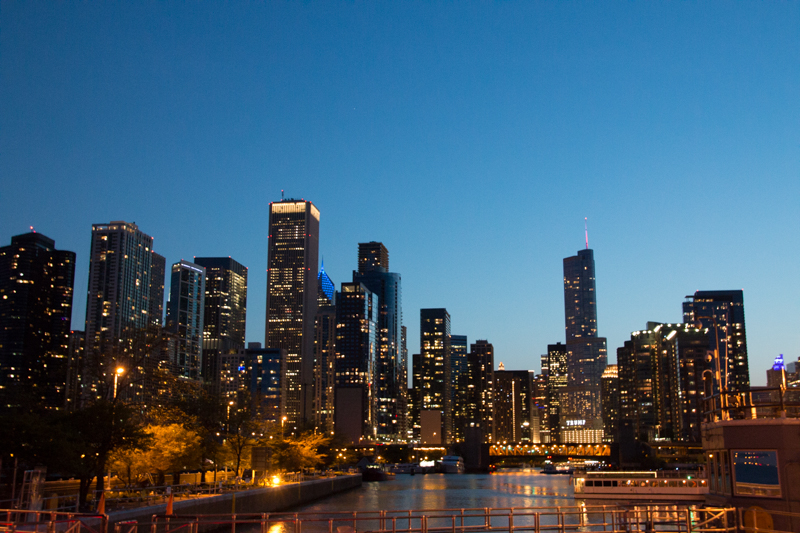 skyline de Chicago al anochecer desde el Lago Michigan