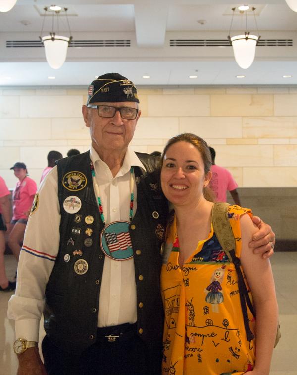 Lidia con un veterano de guerra en el Capitolio de Washington DC
