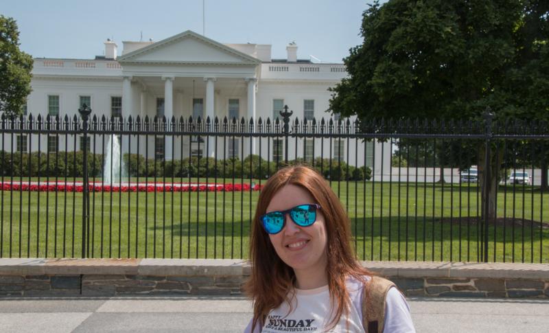 Lidia delante de la fachada principal de la Casa Blanca en Washington DC