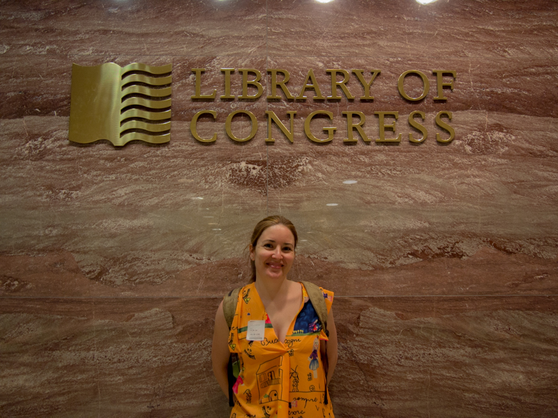 Lidia a la entrada de la Biblioteca del Congreso en Washington DC