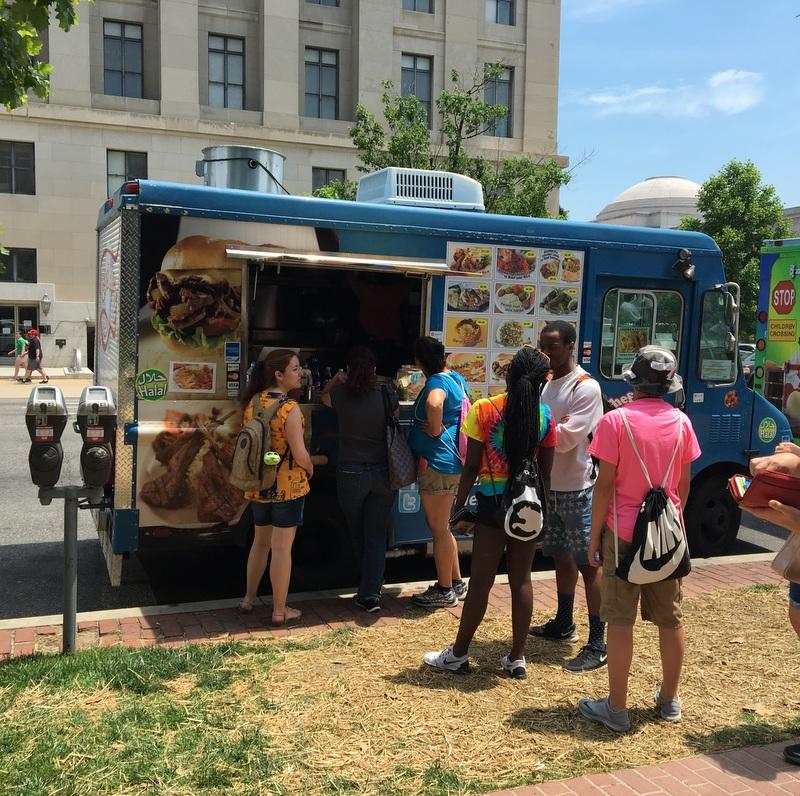 Lidia pidiendo la comida en un food truck de Washington DC