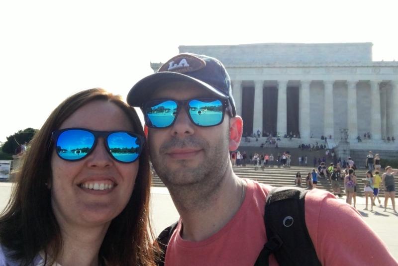 Lidia y Sergio delante del Lincoln Memorial de Washington DC