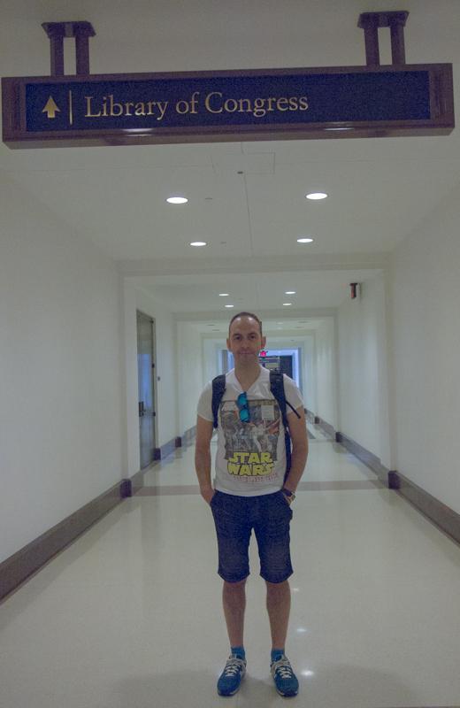 Sergio en el pasillo que va a la Biblioteca del Congreso en Washington DC