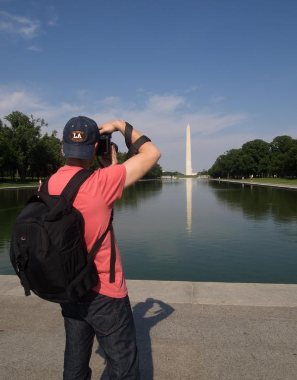 Sergio haciendo una fotografía del Obelisco reflejado en la Reflecting Pool de Washington DC