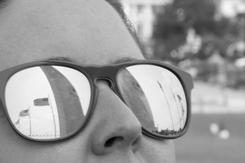 reflejo del Obelisco en las gafas de Lidia en Washington DC