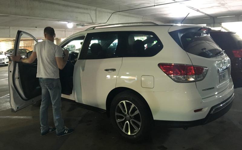 Sergio con el coche de alquiler recogido en el aeropuerto Reagan de Washington DC 2