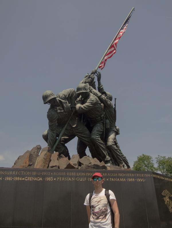 Sergio en el Iwo Jima Memorial del Cementerio de Arlington en Washington DC