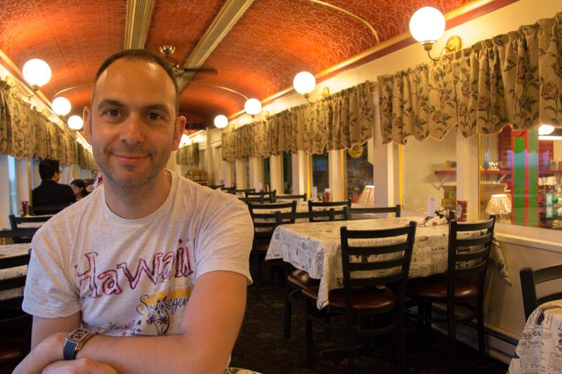 Sergio en el interior del vagón restaurante del Red Caboose en el Condado de Lancaster Pensilvania