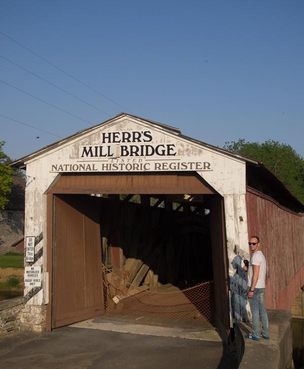Sergio en el Herr's Mill Bridge del Condado de Lancaster Pensilvania