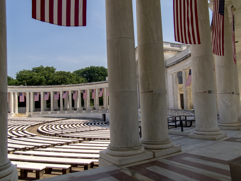 interior del Memorial Amphitheater del Cementerio de Arlington en Washington DC