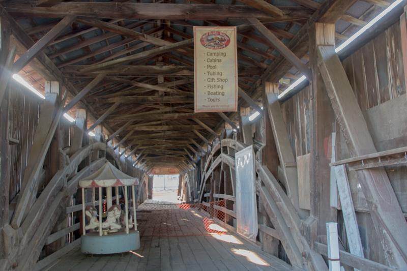 interior del puente cubierto Herr's Mill Bridge en el Condado de Lancaster Pensilvania